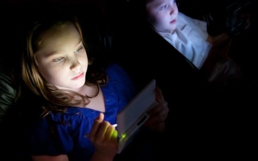 kids looking at ipad screens